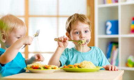 5 trucos para enseñar a comer variado a tu hijo