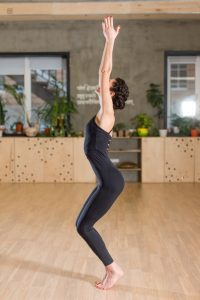 3-ejercicios-hipopresivos-para-iniciarte-en-esta-tecnica-Ebro-Foods03-200x300