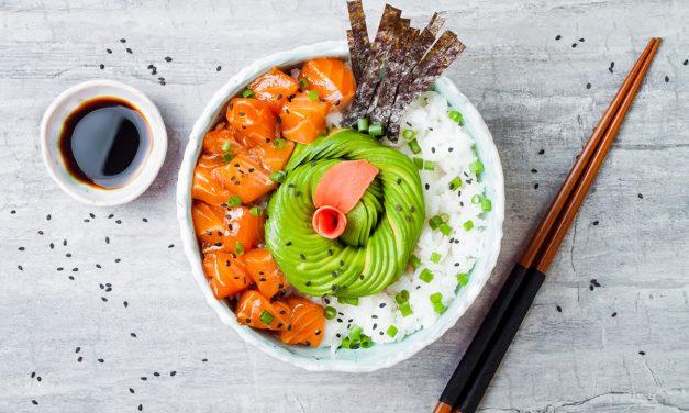 Poke bowl: el plato saludable de moda con base de arroz