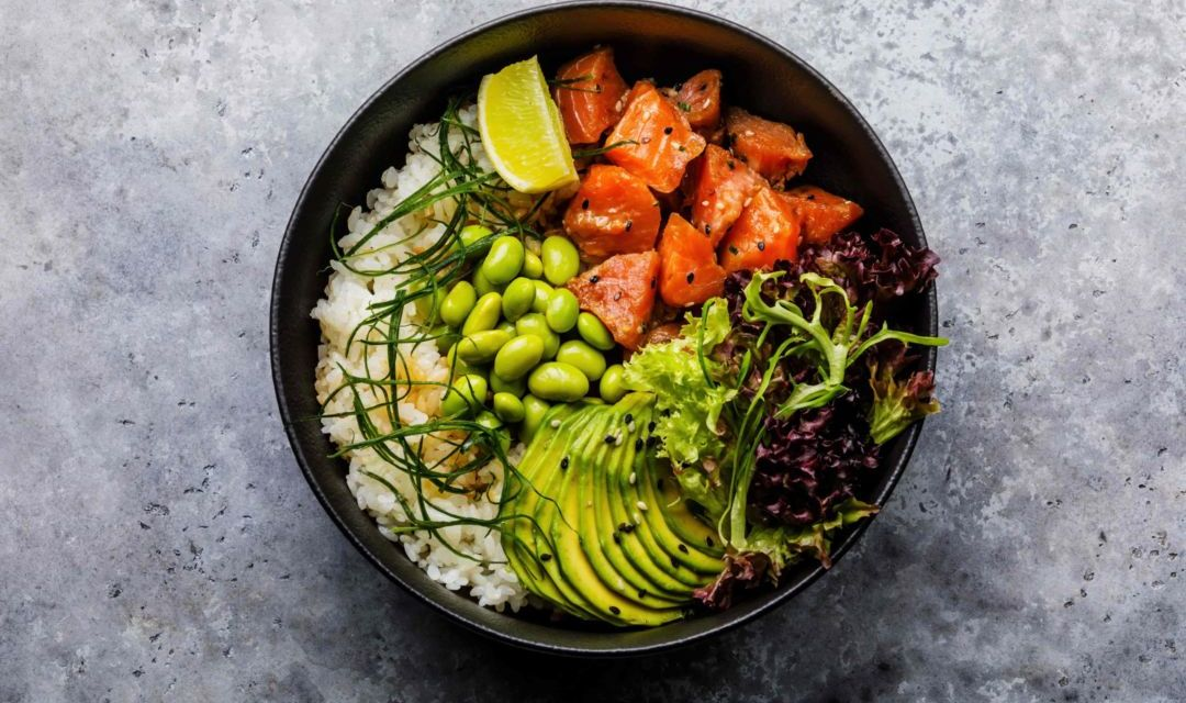 Pokebowl de arroz basmati con salmón