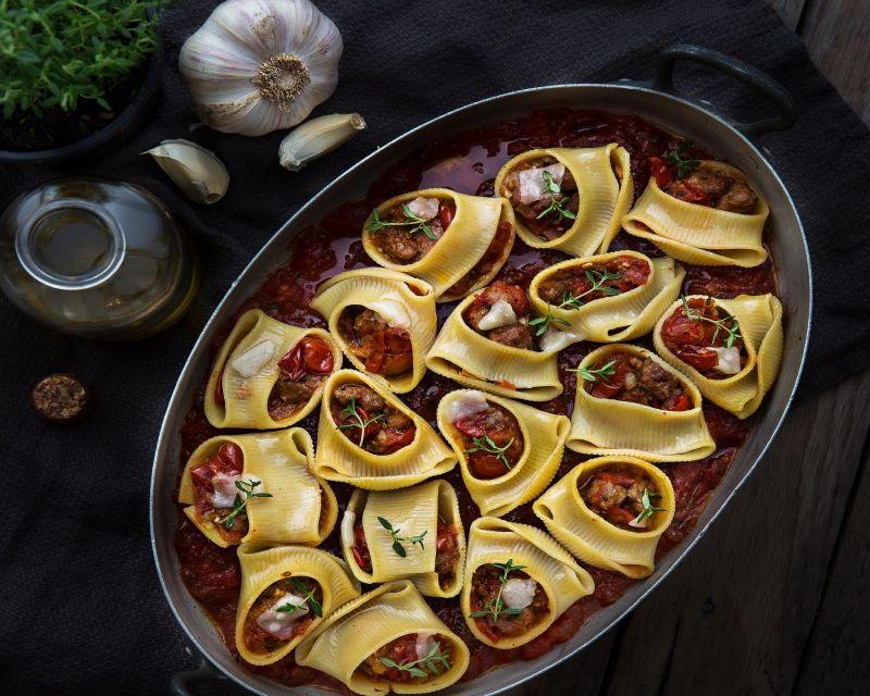Lumaconi al horno relleno de pato y setas de temporada